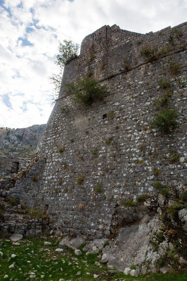 Muur van een oude steenvesting stock fotografie