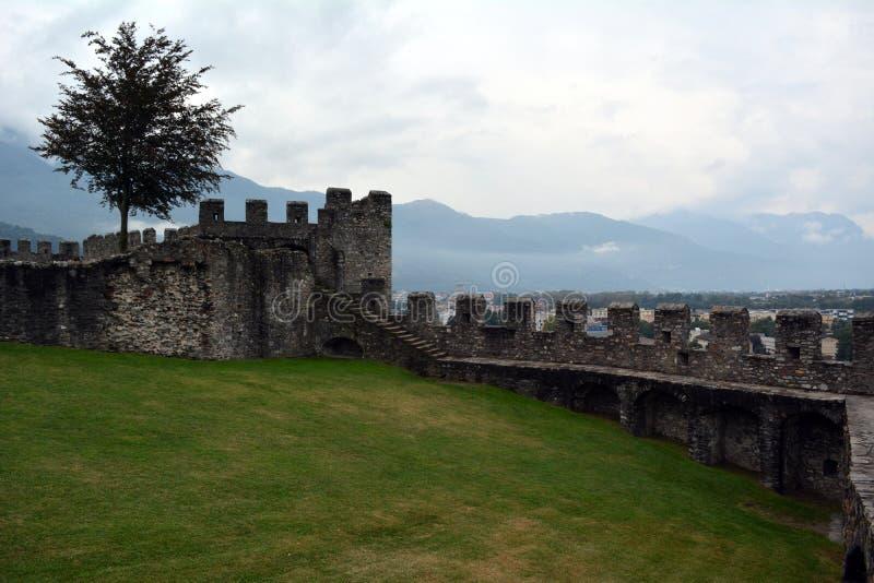 Muur van een oude vesting watchtowers royalty-vrije stock fotografie