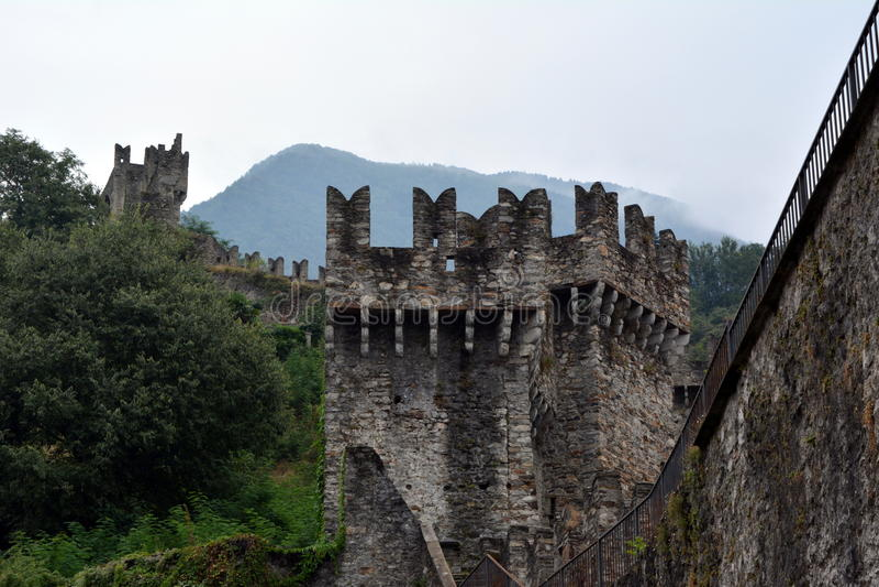 Muur van een oude vesting watchtowers royalty-vrije stock foto