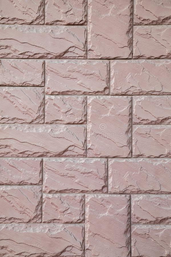 Muur van een roze baksteen van een steen met het regelmatige leggen stock foto's
