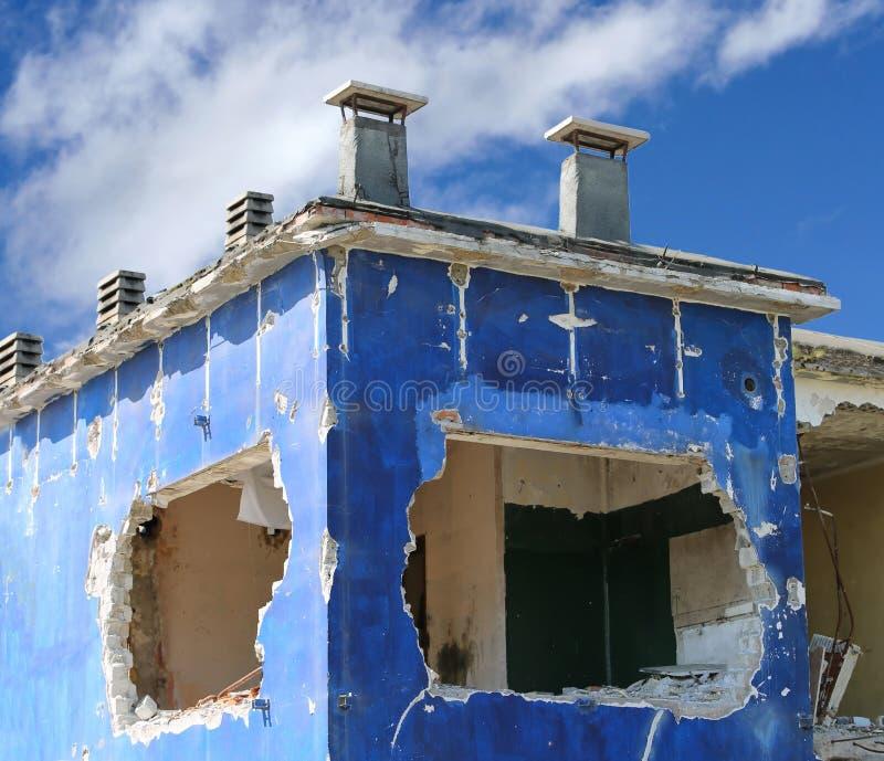 Muur van een vernietigd huis stock afbeeldingen