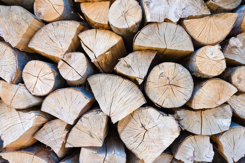 Muur van gestapelde houten logboeken als achtergrond stock foto