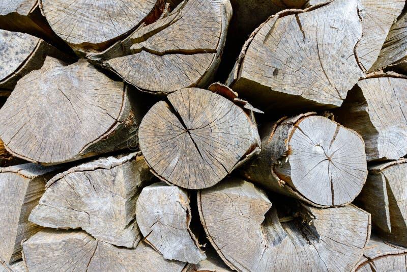 Muur van gestapelde houten logboeken als achtergrond royalty-vrije stock afbeelding