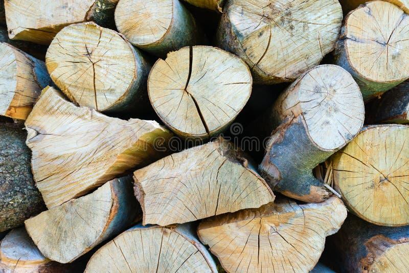 Muur van gestapelde houten logboeken als achtergrond royalty-vrije stock foto's