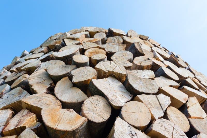 Muur van gestapelde houten logboeken als achtergrond royalty-vrije stock fotografie