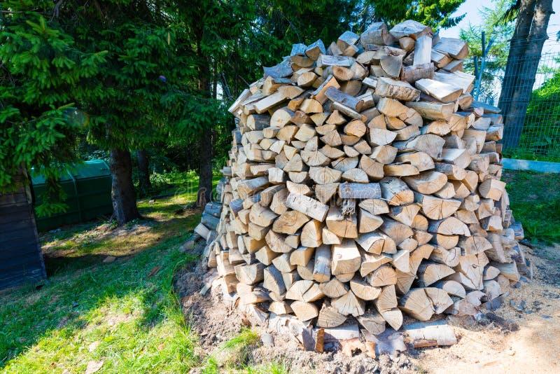 Muur van gestapelde houten logboeken als achtergrond stock foto's