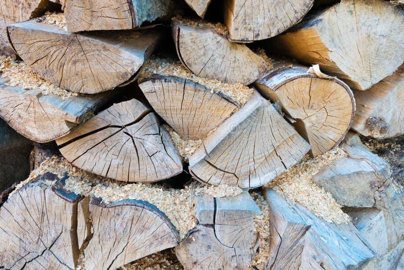 Muur van gestapelde houten logboeken als achtergrond stock afbeeldingen