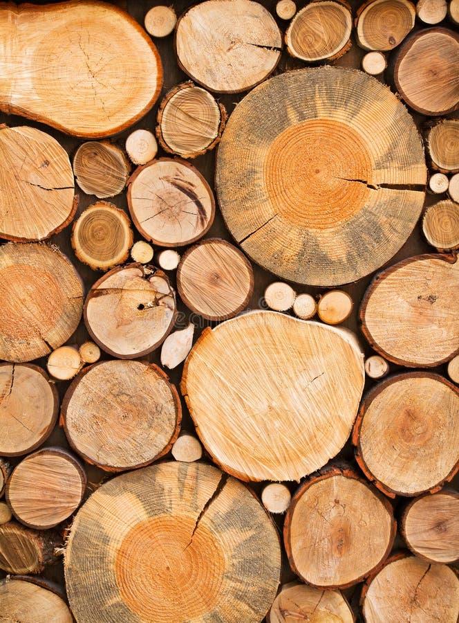 Muur van gestapelde houten logboeken als achtergrond, textuur royalty-vrije stock foto's