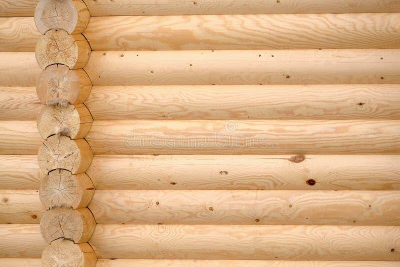 Muur van houten die buitenhuis van lichtbruine vlotte geplande logboeken als achtergrond wordt gevouwen royalty-vrije stock foto's