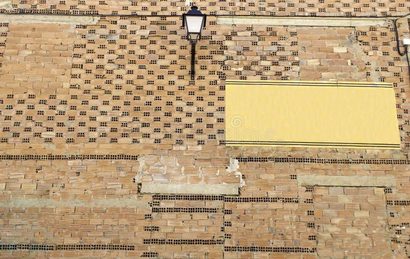 Muur van huisvesting met kartel stock afbeeldingen