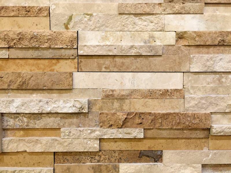 Muur van langwerpige vormrotsen die wordt gemaakt stock afbeelding