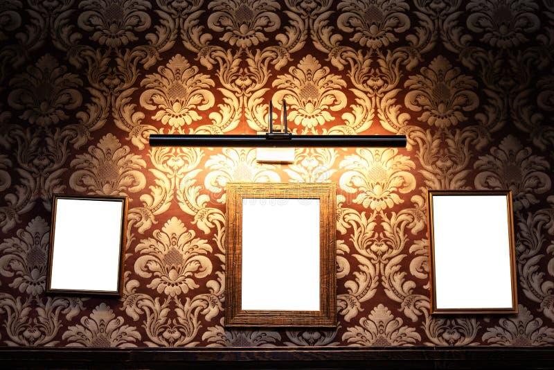 Muur van lege kaders en whiteboards in barbinnenland - Spot omhoog, aanplakbord, advertentieruimte binnen royalty-vrije stock afbeeldingen