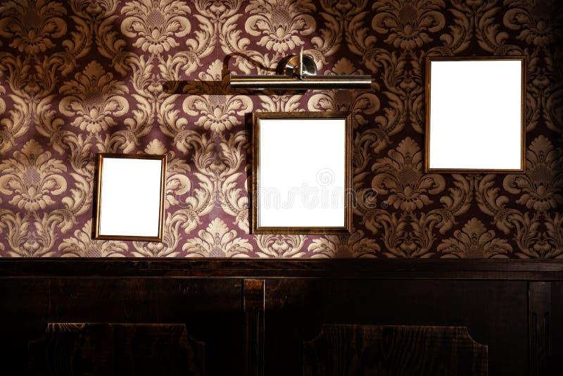 Muur van lege kaders en whiteboards in barbinnenland - Spot omhoog, aanplakbord, advertentieruimte binnen royalty-vrije stock afbeelding