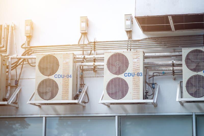 Muur 2 van luchtcompressoren in de fabriek wordt geïnstalleerd die royalty-vrije stock foto