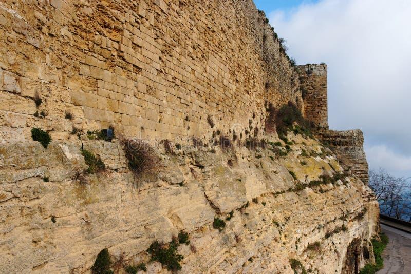 Muur van middeleeuws kasteel op bewolkte dag royalty-vrije stock afbeeldingen