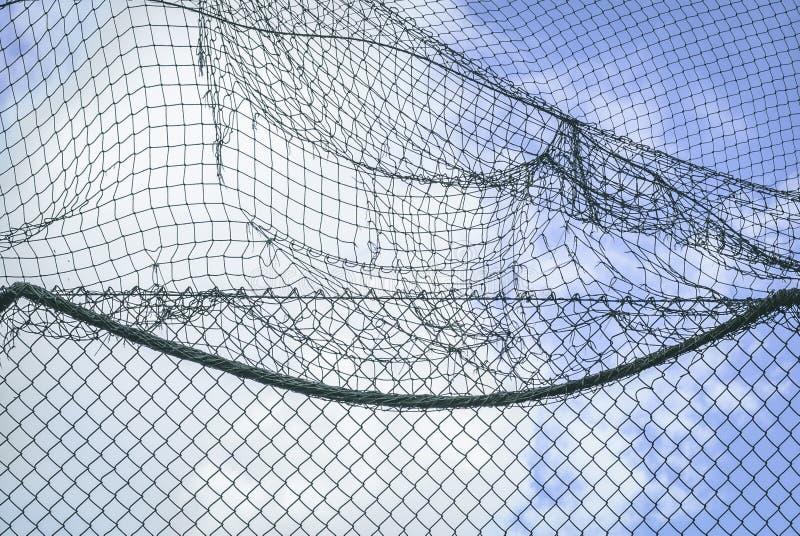 Muur van netto over bewolkte blauwe hemel royalty-vrije stock afbeeldingen