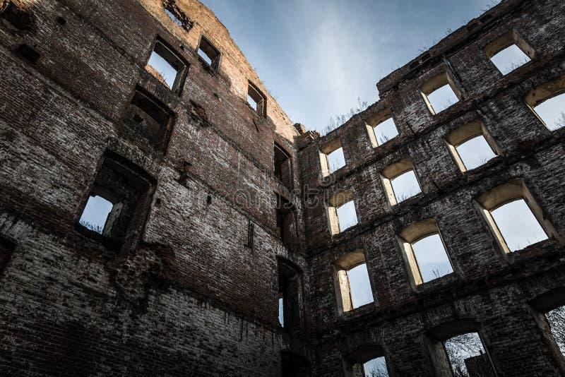 Muur van oude vernietigde molen gestemd stock foto's