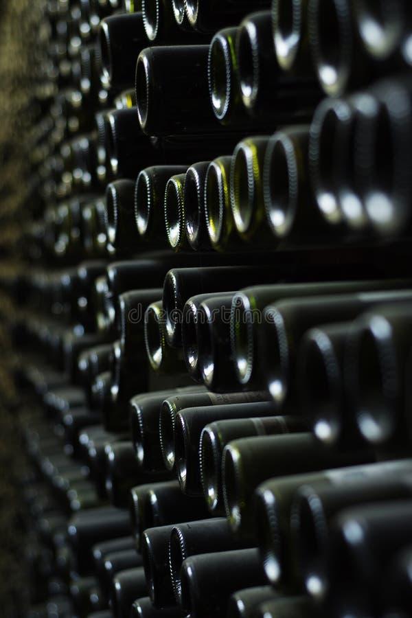 Muur van oude wijnflessen stock afbeelding