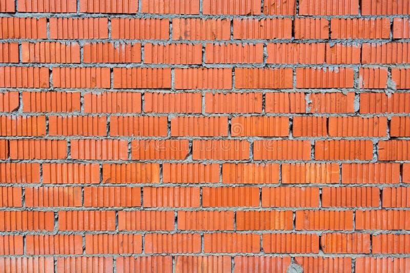 Muur van rode baksteen met gecanneleerde textuur stock foto's