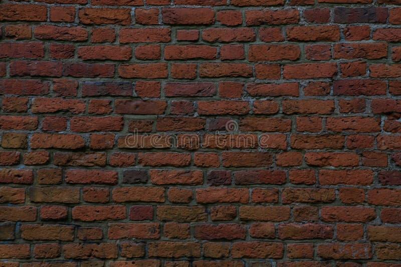 Muur van rode bakstenen, aardige behang of achtergrond wordt gemaakt die royalty-vrije stock afbeeldingen