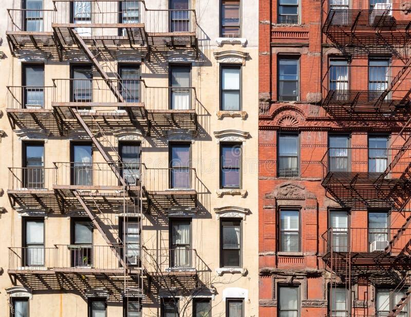 Muur van vensters op oude historische gebouwen in de Stad van New York stock foto