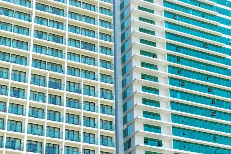 Muur van wolkenkrabber met balkons en vensters stock foto