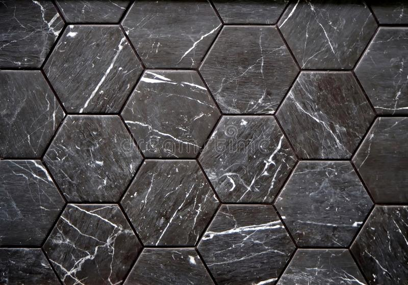 Muur of vloertegels van zwarte steen met witte stroken worden gemaakt die royalty-vrije stock foto's