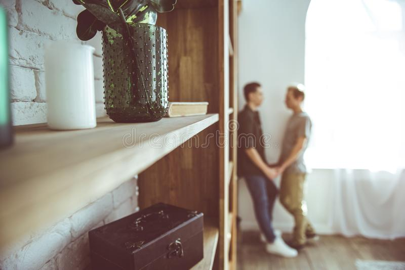 Muureenheid met het houden van van vrolijk paar op vage achtergrond stock fotografie