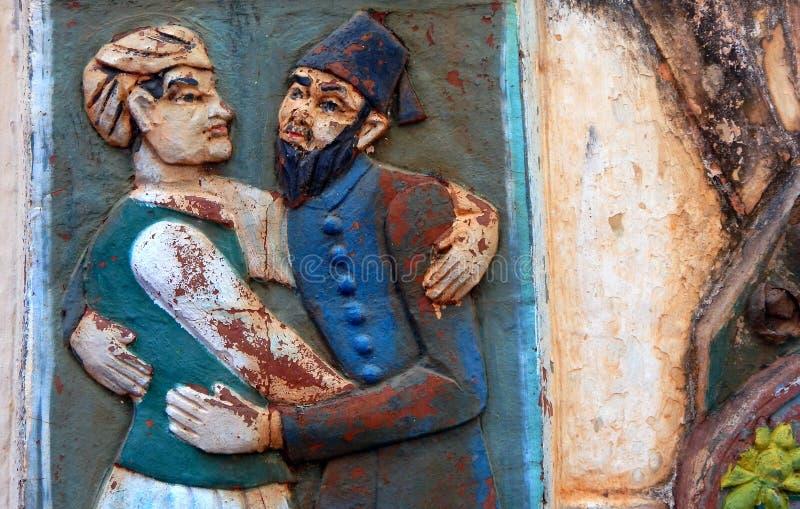 Muurkunst van Indische Hindoese en Moslimomhelzing elkaar in godsdienstige tolerantie en harmonie in gemeenschap royalty-vrije stock afbeelding