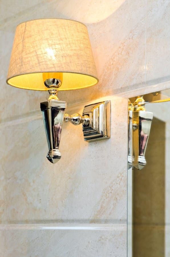 Muurlamp en Spiegel stock afbeeldingen
