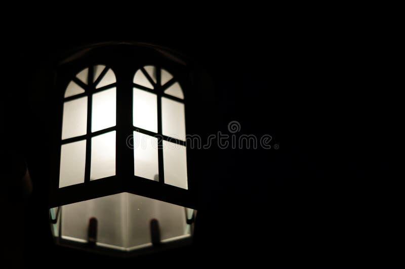 Muurlamp met donkere achtergrond stock afbeelding