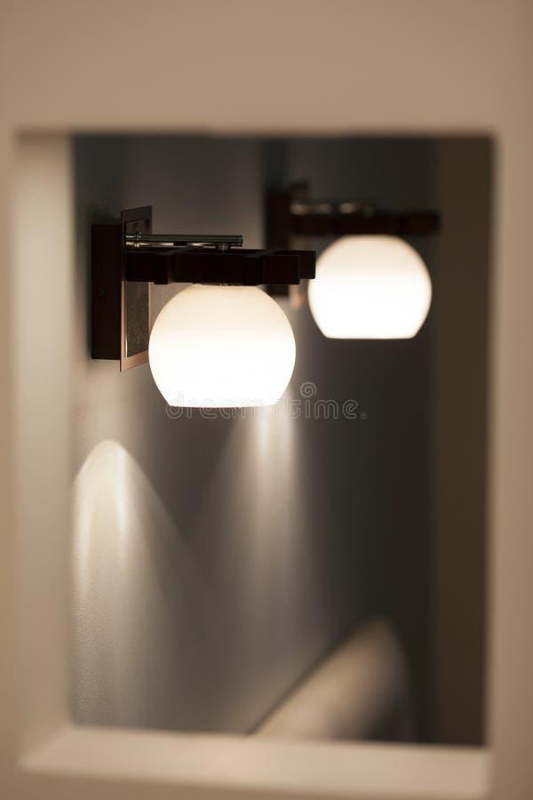 Muurlampen met witte schaduw stock afbeelding