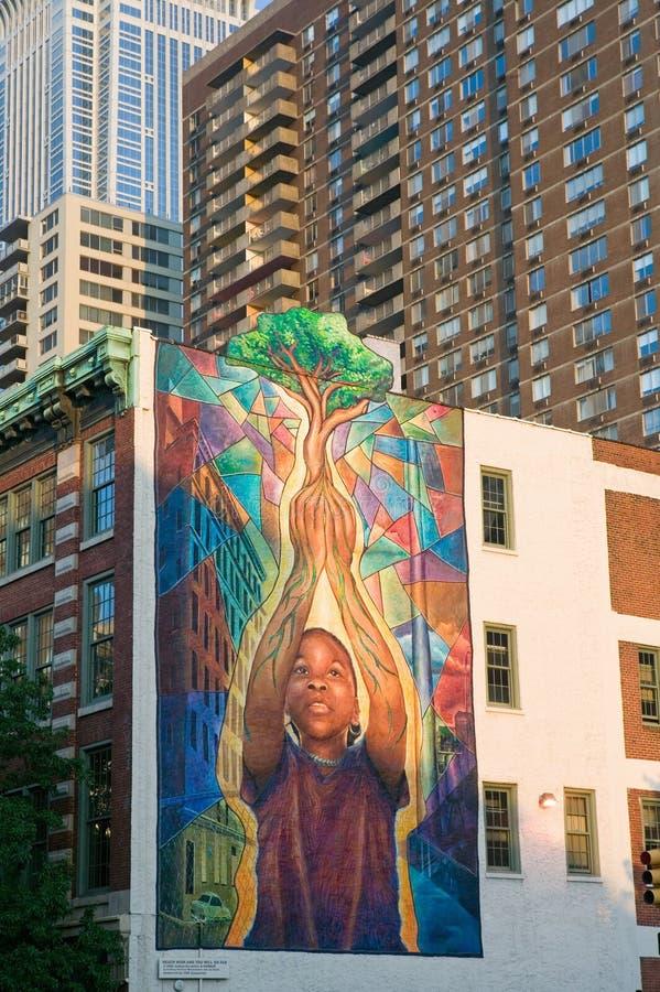 Muurmuurschildering van de boom van de kindholding in Philadelphia, Pennsylvania royalty-vrije stock afbeelding