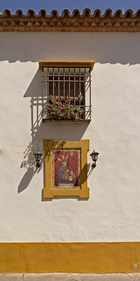Muurschilderij die van Jesus het kruis carying onder het venster van een huis in Cordoba royalty-vrije stock fotografie