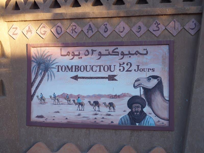 Muurschildering in Afrikaanse Zagora-stad in Marokko, middelen: 52 dagen aan Timbuktu in Mali te voet of kameel royalty-vrije stock afbeelding