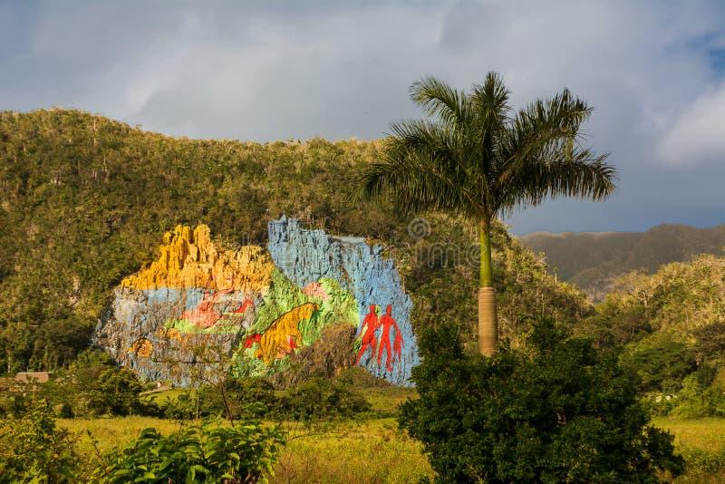 Muurschildering van voorgeschiedenis op een rotsmuur van een Mogote in Vinales va stock foto