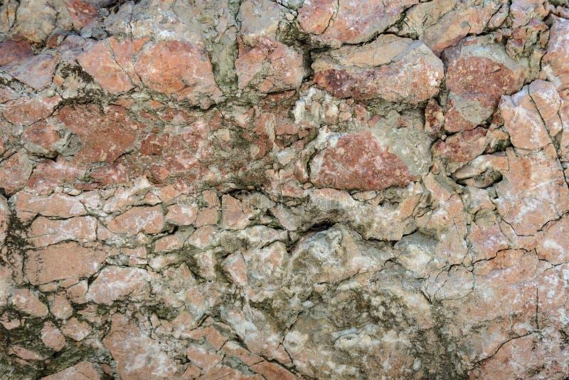 Muurtextuur van oud beschadigd rood steenclose-up royalty-vrije stock afbeeldingen