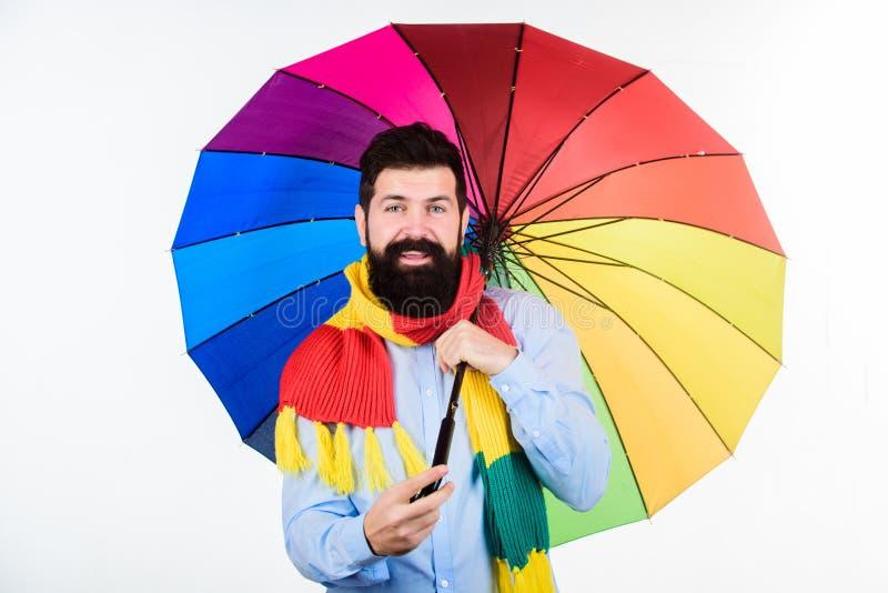 Muy útil para mantenerlo seco Hombre de la lluvia Hombre barbudo con el paraguas colorido Persona colorida que sostiene el paragu fotografía de archivo