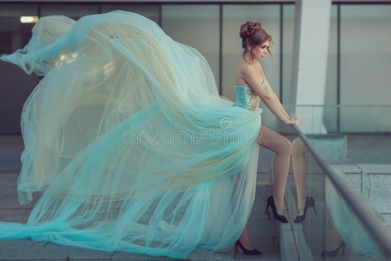 Muy de largo vestido en una muchacha imagen de archivo