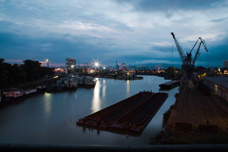 Muy puerto en la grúa y el muelle - vista nocturna de la ciudad fotos de archivo