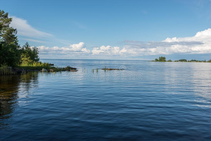 Muy silenciosamente y calma en la orilla de la isla, tirando para reflejar el vida foto de archivo libre de regalías