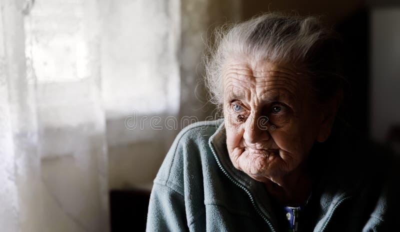 Muy vieja mujer cansada imagen de archivo
