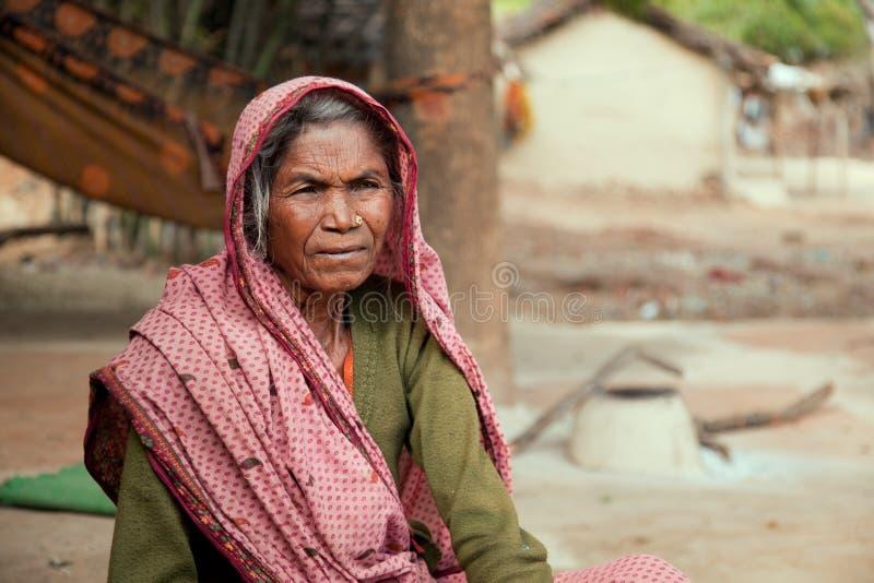 Muy vieja mujer india del aldeano imagen de archivo