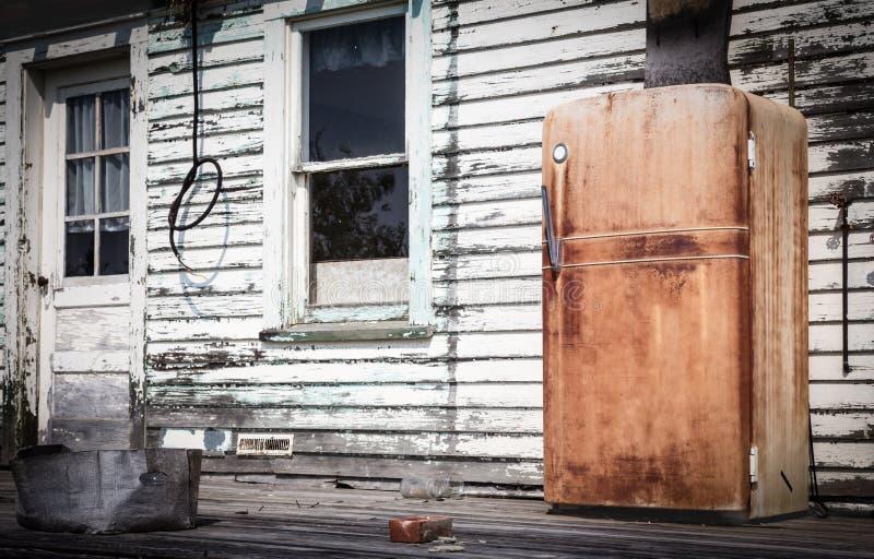 Muy viejo exterior derecho totalmente aherrumbrado del refrigerador imágenes de archivo libres de regalías