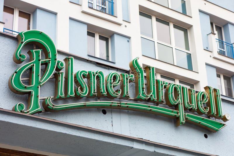 Muy viejo logotipo de neón de la cervecería checa Pilsner Urquell foto de archivo libre de regalías