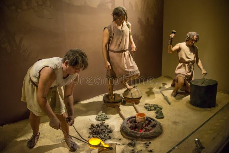 Muzeum Anatolian cywilizacje - istoty ludzkie pracuje z metalem zdjęcia stock