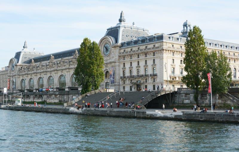 Muzeum d'Orsay na lewym brzegu rzeki Seine w Paryżu obrazy stock