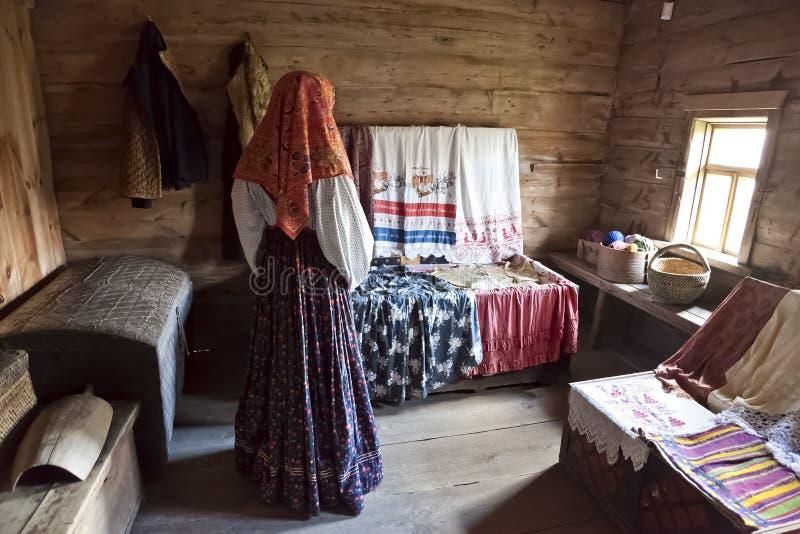 Muzeum drewniana architektura w Suzdal Wnętrze dziewczyna pokój złoty pierścionek fotografia stock