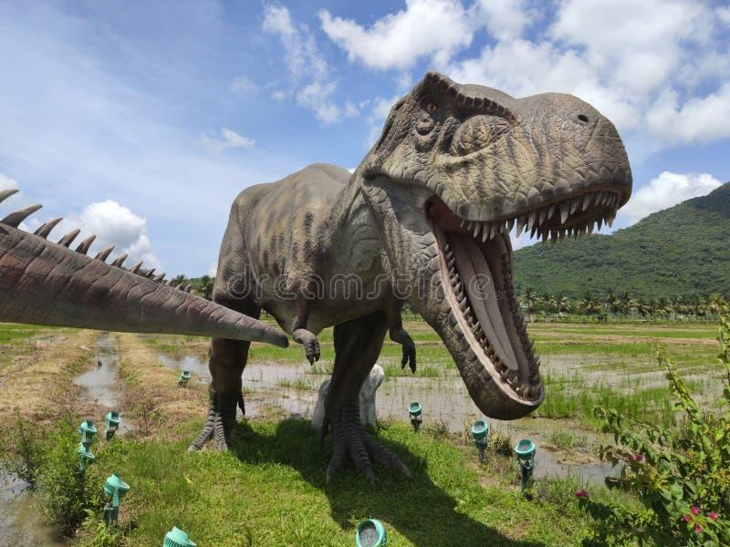 Muzeum z dziejowymi rzeźbami dinosaury ja zdjęcie stock