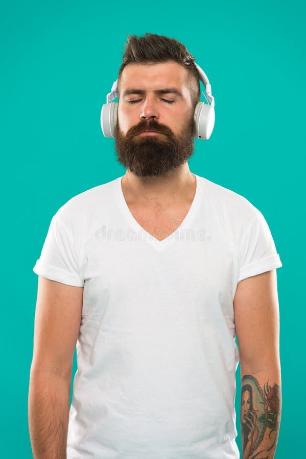 Muziek altijd met me Mens het luisteren lied in hoofdtelefoons Technologie-de gadgets zouden alle muziekminnaars moeten hebben Be stock foto